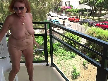Mature showed herself naked from the balcony