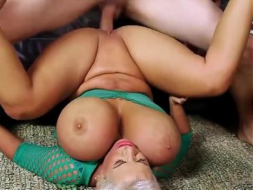 bimbo mature  gets her pussy pounded hard